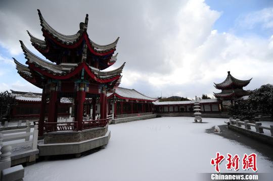 公園裡的邀月亭、蘭蕙舫、玉皇閣等景觀掩映在白雪中。